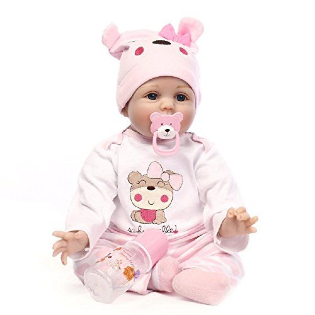 Diese reborn Puppe hat einen Lutscher in Form eines Bärenjungen.