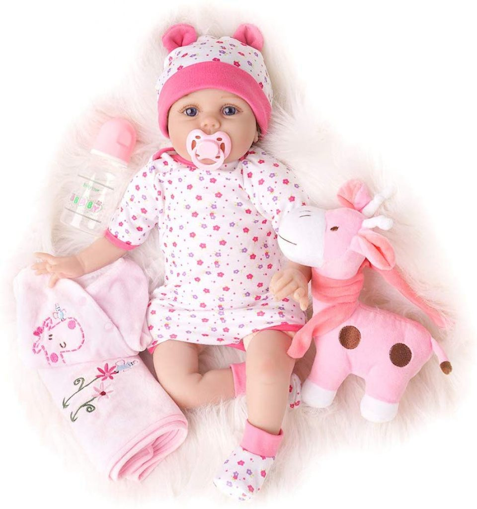 Diese realistische Puppe wird mit ihrem Kuscheltier und verschiedenen Accessoires geliefert.
