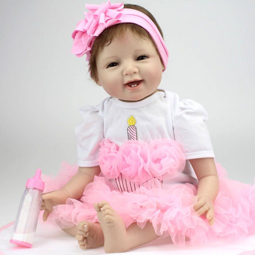 Cette poupée reborn possède ses 2 premières dents.