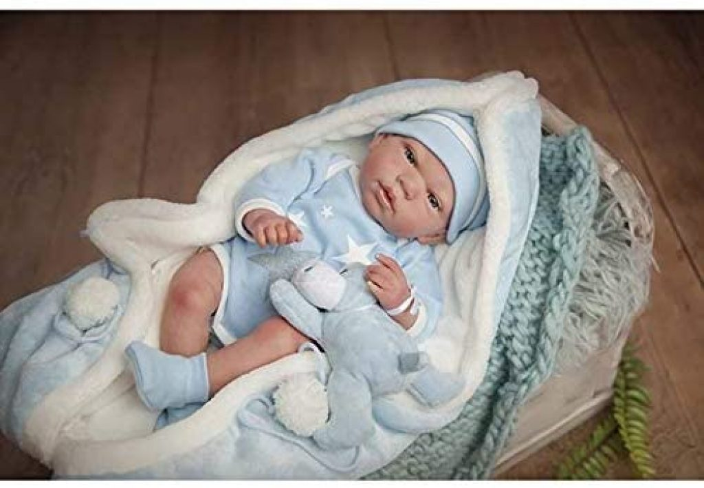 Diese reborn baby Arias ist in blaue und weiße Kleidung gekleidet.