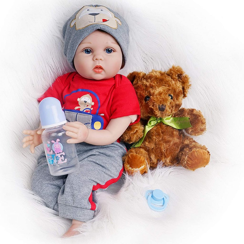 Dieses reborn Baby kommt mit einem Teddybär.