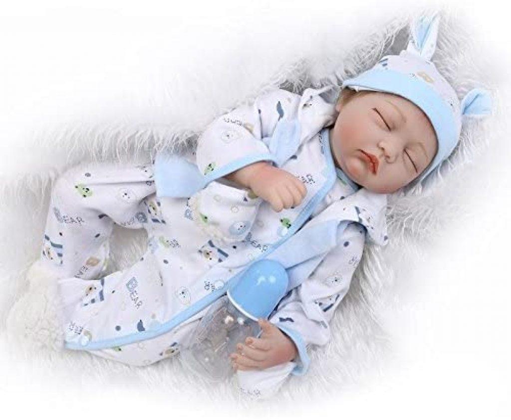 Diese Nicery Reborn-Puppe hat die Augen geschlossen.