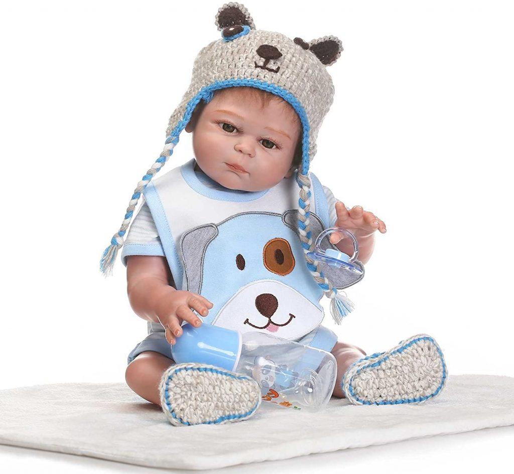 Dieser reborn baby Junge hat eine schöne Strickmütze.
