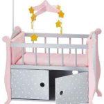 Das Puppenbett von Olivia's Little World bietet viel Stauraum.
