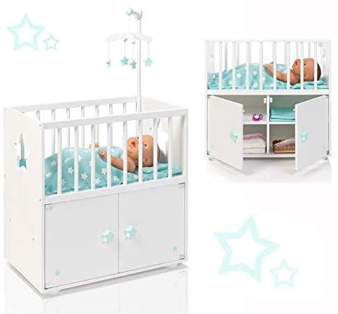 Dieses schöne Puppenbett aus holz hat ein Sternenmobil.