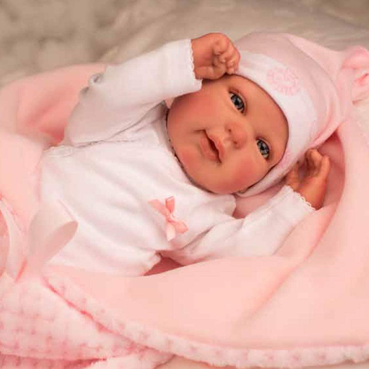 Die reborn baby Rocio trägt einen rosa Hut.