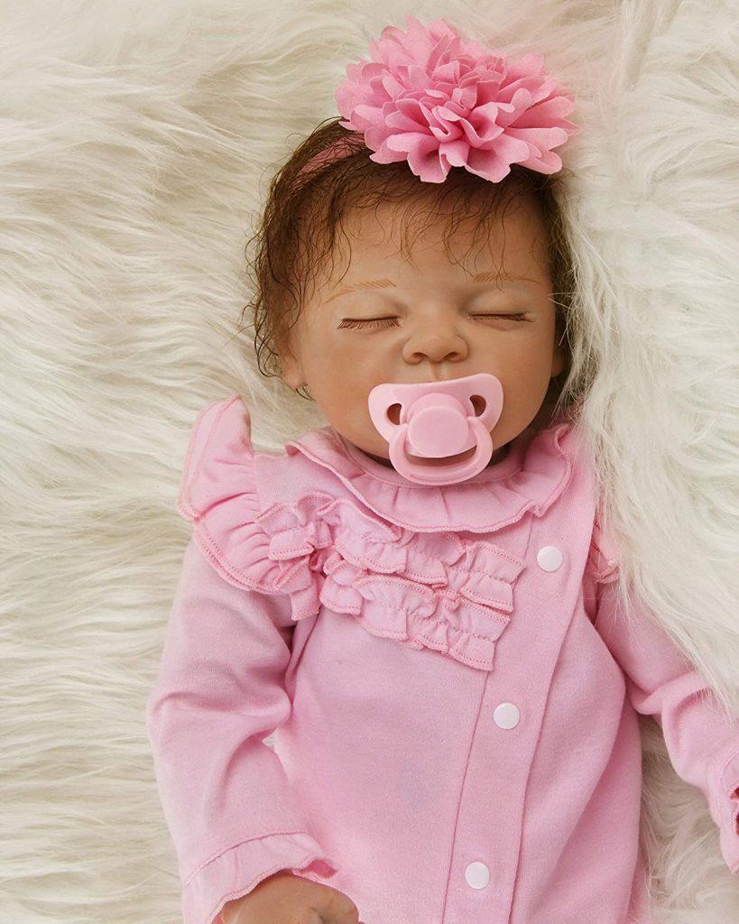 diese reborn Puppe schlafen kommt mit einem weißen Schnuller.