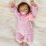 Dieses Baby stellt eine reborn Puppe schlafende.