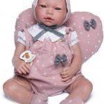 Baby Reborn Violet wird mit einem herzförmigen Kissen geliefert.